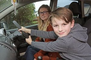 Mẹ bất ngờ ngất xỉu khi đang lái xe và hành động phi thường của cậu bé 8 tuổi