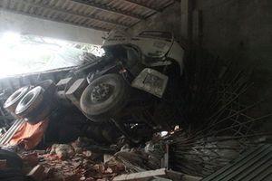 Hà Tĩnh: Xe tải đâm sập ki-ốt vật liệu xây dựng trong đêm, 2 người nhập viện
