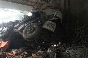 Xe tải đâm sập ki ốt bên đường, tài xế và phụ xe bị thương nặng