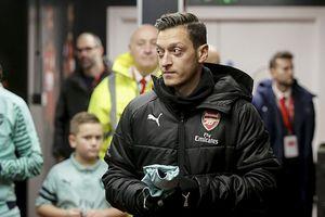 Barca 'đột kích' lấy Harry Kane, Arsenal tống cổ Ozil
