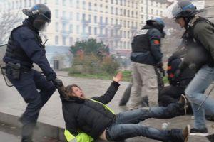 Pháp: Cảnh tượng hỗn loạn tại Lyon khi 15.000 người biểu tình tràn xuống đường