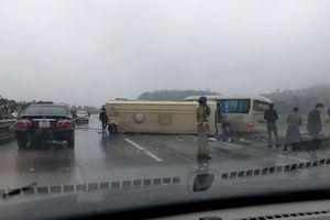 2 xe khách tông nhau biến dạng trên cao tốc Nội Bài-Lào Cai, ít nhất 5 người bị thương