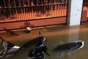 Mưa lớn nhiều giờ, thành phố Đông Hà (Quảng Trị) chìm trong biển nước