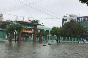 Hàng trăm học sinh Đà Nẵng phải nghỉ học vì trường ngập sâu