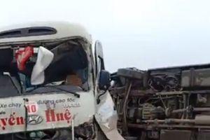Tai nạn trên cao tốc Nội Bài - Lào Cai, xe khách 'phơi bụng' nhiều người bị thương