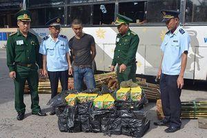 Quảng Trị: Gia cố trần xe khách, vận chuyển hàng trăm kg pháo lậu qua biên giới
