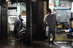 TP Đông Hà ngập nặng sau trận mưa lớn, 2 người bị nước cuốn trôi