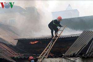 Khống chế đám cháy dữ dội tại kho hàng rộng hơn 2000 m2 gần chợ Vinh