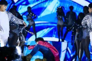 Isaac ngã đau trên sân khấu khi đang biểu diễn