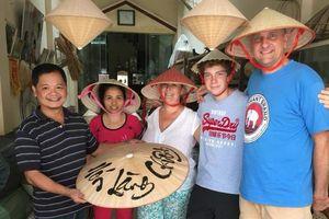 Người làng nón làm du lịch