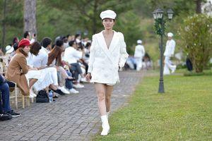 Ngắm dàn người mẫu áo trắng giữa mùa đông Đà Lạt