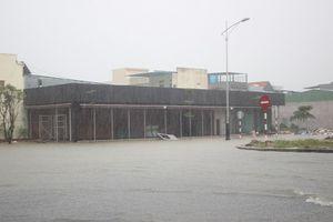 Miền Trung tiếp tục chìm trong mưa lũ