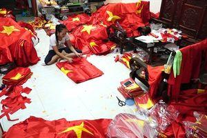 Thâu đêm suốt sáng sản xuất cờ cổ vũ chung kết AFF Việt Nam - Malaysia