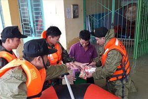 Quảng Nam huy động trên 400 cán bộ, chiến sĩ giúp dân thoát lũ