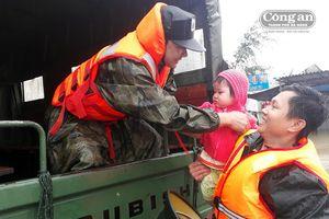 Lực lượng Công an hỗ trợ, sơ tán dân sau trận mưa lớn gây ngập cục bộ