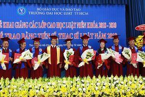 301 học viên cao học, nghiên cứu sinh Trường Đại học Luật TPHCM nhận bằng