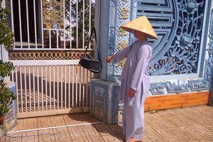 Thi thể bé gái sơ sinh trong túi xách khóa kín treo trước cổng chùa