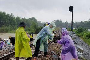 Sạt lở đường sắt bắc - nam qua Tam Kỳ, các đoàn tàu được cảnh báo 'chạy chậm'
