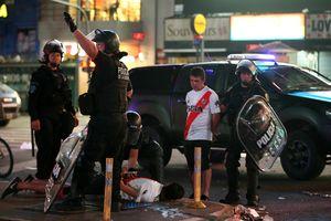 CĐV River Plate 'giao chiến' với cảnh sát khi ăn mừng đội nhà vô địch Nam Mỹ