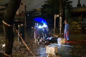 Chồng chết tại chỗ, vợ bị thương vì vướng phải dây điện sà xuống đường