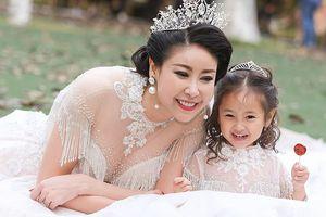 Ông xã Hoa hậu Hà Kiều Anh tháp tùng vợ con đi diễn thời trang