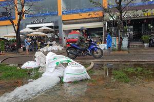 Hút nước 'cứu' hàng trăm xe máy, ô tô dưới hầm chung cư