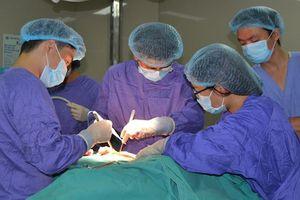Cùng lúc cắt khối u buồng trứng và u vú cho cụ bà 74 tuổi