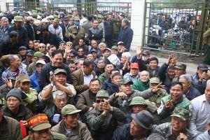 Hàng trăm người 'quây' kín cổng VFF để mua vé bóng đá
