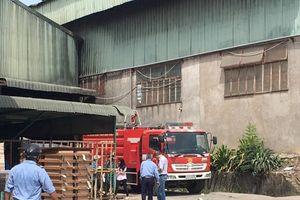Hỏa hoạn tại xưởng gỗ, công nhân nháo nhào thoát thân