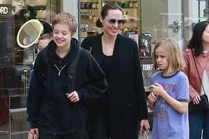 Angelina Jolie tươi như hoa cùng các con dạo phố