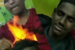 Cắt tóc bằng lửa - phương pháp làm đẹp 'gây sốc' của người Ấn Độ