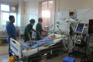 Bác sĩ thức trắng đêm cứu 12 nạn nhân tai nạn giao thông ở Quảng Ninh