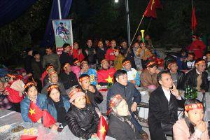Việt Nam - Malaysia: Gia đình Đức Huy vỡ òa sau bàn thắng của con trai