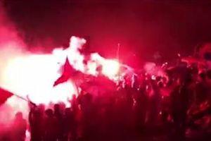 Clip: Pháo sáng át mưa lạnh trên sân Hàng Đẫy mừng Việt Nam ghi bàn