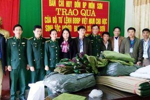 Tặng quà cho học sinh người dân tộc Đan Lai