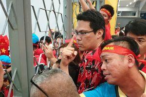 Hàng trăm CĐV áo đỏ bất lực vì có vé mà không được vào sân cổ vũ tuyển Việt Nam