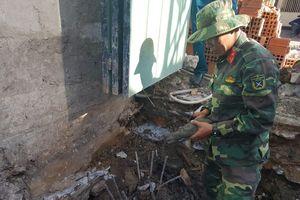 Phát hiện quả đạn cối dưới móng nhà, cả nhóm công nhân quăng xẻng bỏ chạy