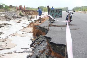 Mưa lịch sử làm đường nối cao tốc bị vỡ ra, nhiều ngôi mộ bị cuốn trôi