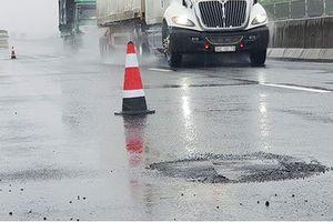 Sau mưa lớn, đường cao tốc Đà Nẵng – Quảng Ngãi 34.500 tỉ đầy 'ổ gà'