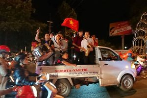 Hòa Malaysia, cổ động viên Việt vẫn ra đường ăn mừng như... vô địch