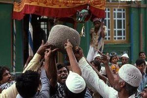 Hé lộ bí mật về 'hòn đá thần' nặng 70kg biết bay ở Ấn Độ