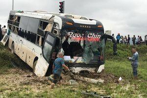 Xe khách va chạm xe tải, cùng bay xuống ruộng