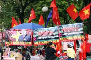 Chung kết lượt đi AFF 2018 Việt Nam - Malaysia: Cờ đỏ, băng rôn hình HLV Park Hang-seo ngập tràn đường phố