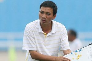 HLV Triệu Quang Hà: 'ĐTQG Việt Nam nên chơi bóng dài dưới thời tiết mưa to, sân sũng nước ở Malaysia'