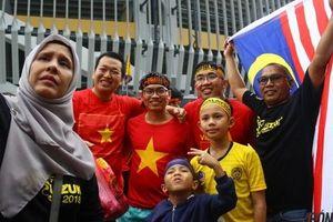 Fan Malaysia thân thiện Selfie cùng CĐV Việt Nam