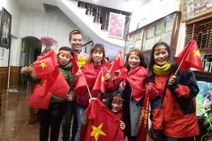 Fan hâm mộ tại nhà Quang Hải xua tan mưa rét như thế này