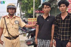 Cảnh sát ép xe tóm gọn hai tên trộm trên phố ở TPHCM