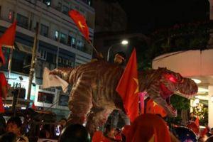 Người Sài Gòn dẫn theo khủng long chúa 'đi bão' và nhiều trò kỳ dị
