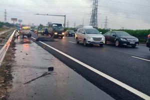 Truy tìm chiếc xe làm rơi cuộn sắt gây tai nạn liên hoàn trên cao tốc