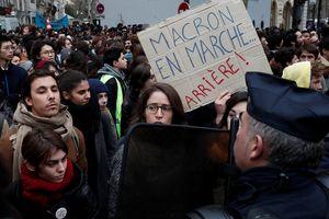 Tổng thống Macron nhượng bộ, ngân sách Pháp trả giá